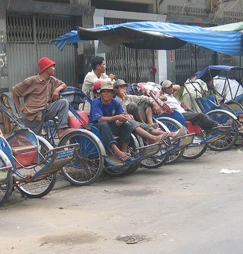 Fahrrad-Rikschafahrer warten auf Kunden