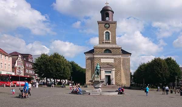 Marktplatz Husum mit Tine-Brunnen