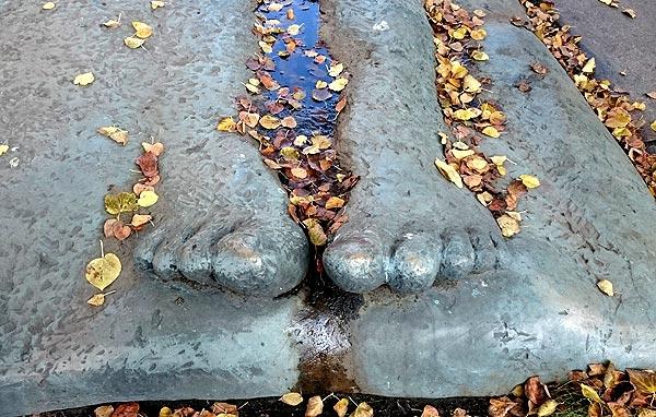 Skulptur, liegender Mann, Füße am Schlesischen Tor