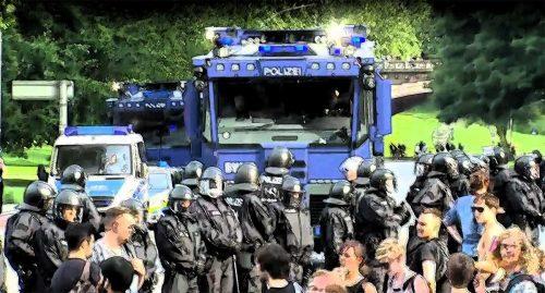 Polizei vor Wasserwerfer
