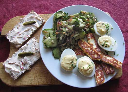 Mittagsimbiss: Senfeier, Gurkensalat, Knäcke, gebratener Halloumi