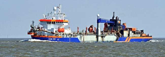 Baggerschiff auf der Elbe